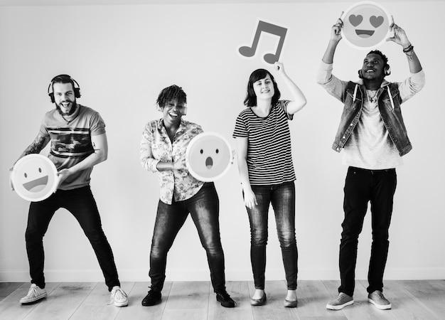 Les gens appréciant la musique et les emojis ensemble Photo gratuit