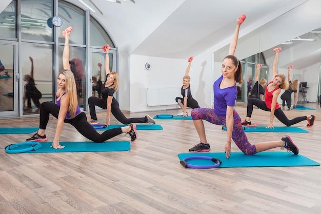 Gens Au Cours De Fitness Au Gymnase Photo gratuit