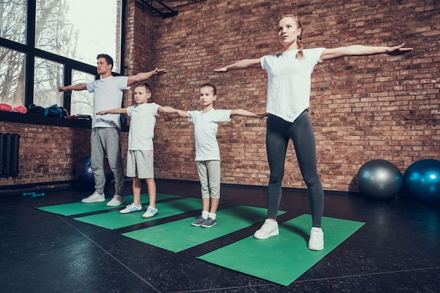 Les gens aux bras tendus font du sport. Photo Premium
