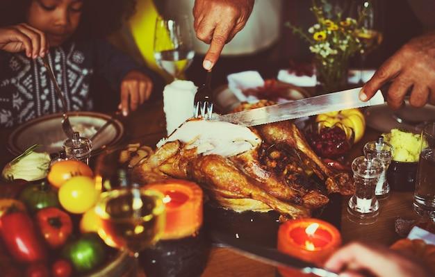 Les gens célèbrent le jour de thanksgiving Photo gratuit