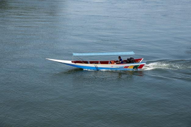 Les gens comme des touristes dans le bateau de vitesse dans la rivière Photo Premium