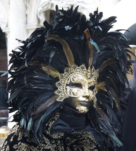 Les Gens En Costume Pour Le Carnaval De Venise Photo Premium