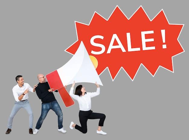 Les gens crémant vente dans un mégaphone Photo gratuit
