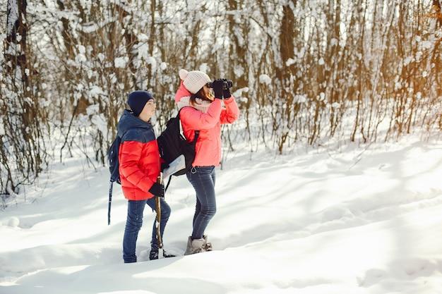 Les gens dans une forêt Photo gratuit