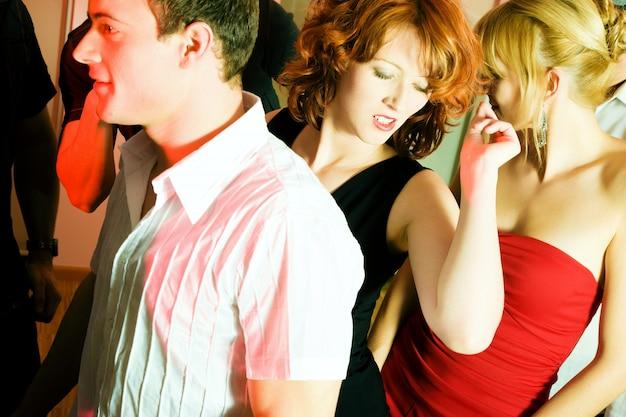 Les gens danser dans un club Photo Premium