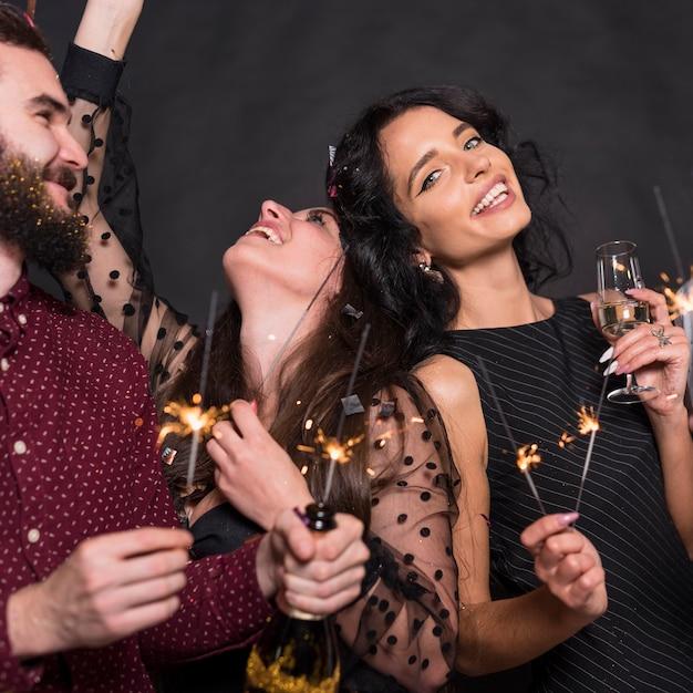 Gens, debout, à, brûler, sparkler, fête Photo gratuit