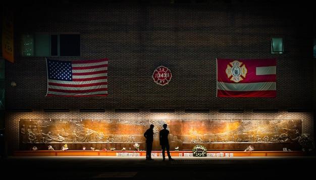 Les Gens Debout Devant Un Mémorial à New York Manhattan Photo gratuit