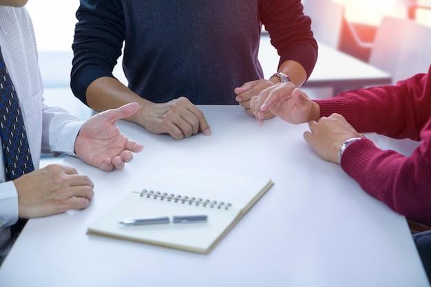 Les gens en discussion lors d'une réunion. Photo Premium