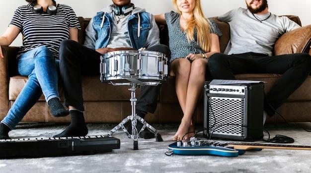 Les gens ensemble profiter de la musique Photo Premium