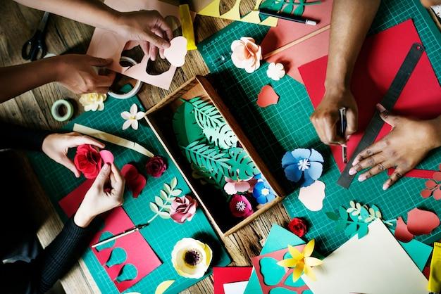 Gens faisant des fleurs en papier artisanat artisanat Photo gratuit
