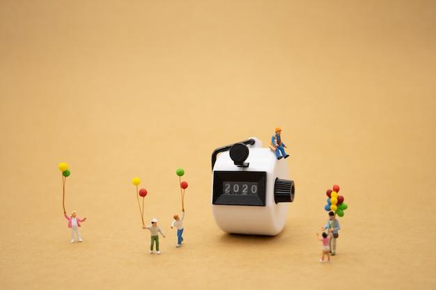 Gens De Famille Miniature Debout Avec 2020 Bonne Année Photo Premium