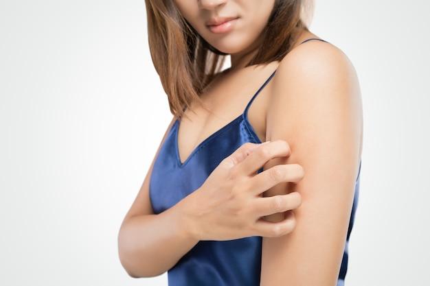 Les gens grattent la démangeaison avec la main, le bras, les démangeaisons, la santé et la médecine. Photo Premium