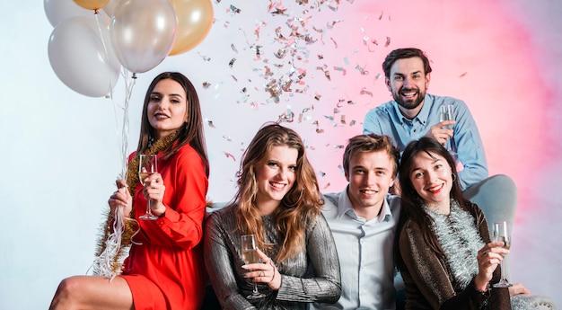 Des gens heureux avec des coupes à champagne Photo gratuit