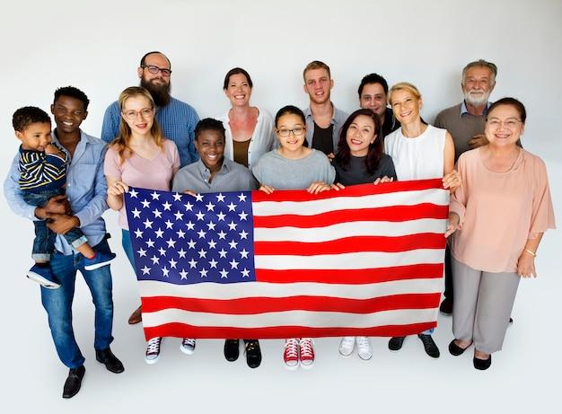 Gens heureux avec le drapeau américain Photo Premium