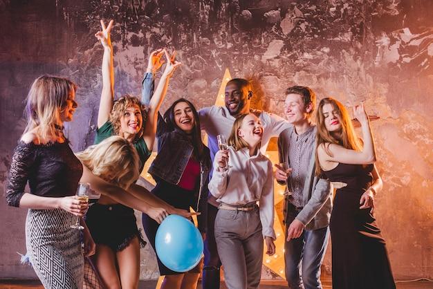 Des gens heureux qui célèbrent et s'amusent Photo gratuit