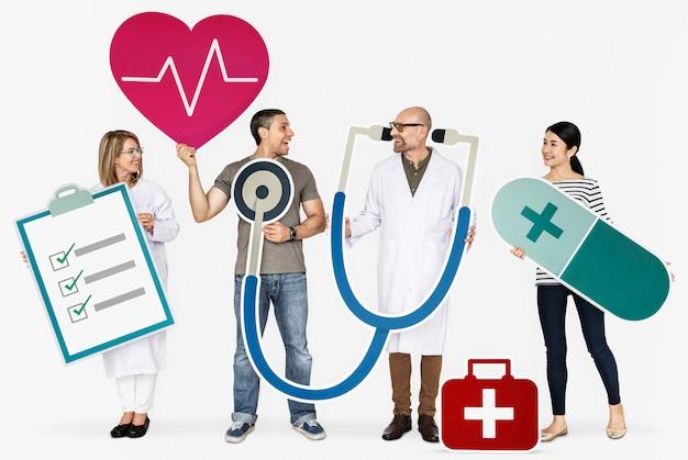 Gens heureux tenant des icônes de la santé Photo Premium