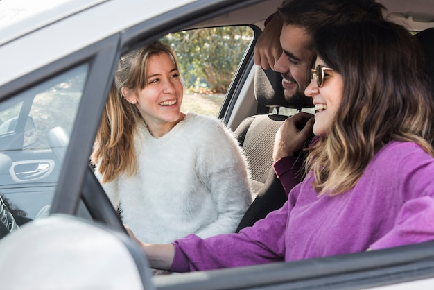 Des gens heureux en voiture Photo gratuit
