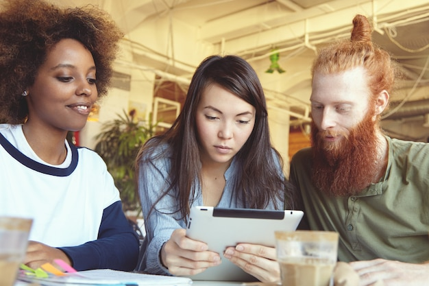 Les Gens, Les Innovations Et La Technologie. Les Hommes D'affaires Qui étudient Les Données Financières Sur Un Ordinateur Tactile Avec Un Look Concentré. Photo gratuit