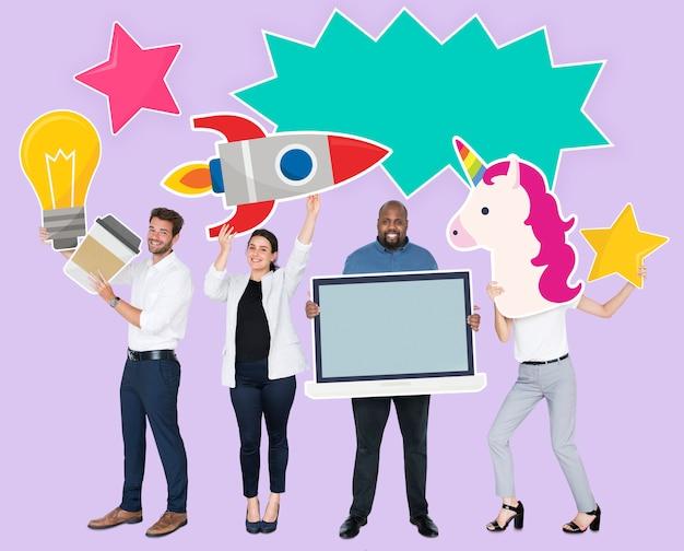 Gens joyeux heureux tenant des icônes d'idée créative Photo gratuit