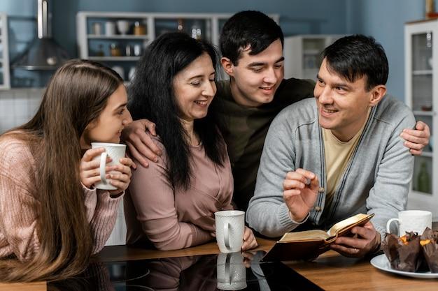Les Gens Lisant La Bible Dans La Cuisine Photo gratuit