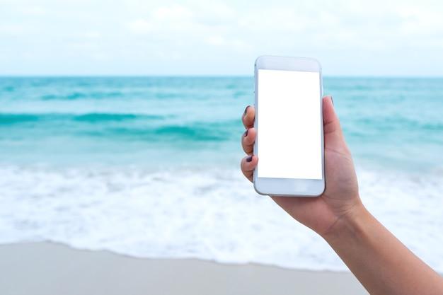 Les gens à la main en utilisant un téléphone intelligent maquette Photo Premium