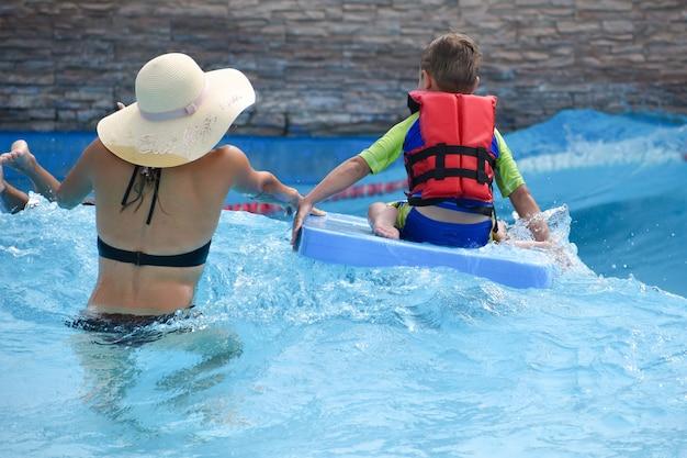 Les Gens Nagent Dans Le Parc Aquatique En été. Photo Premium