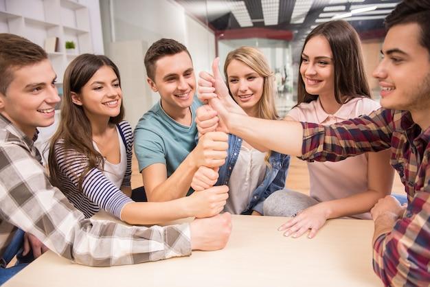 Les gens ont du bon temps ensemble sur la thérapie de groupe spéciale. Photo Premium