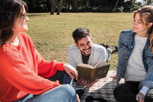 Les gens passent du temps sur la couverture dans le parc Photo gratuit