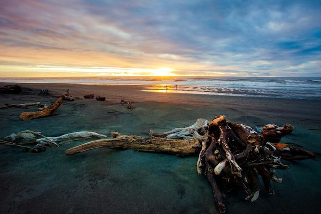 Les Gens Sur La Plage De Sable De Hokitika Southland Nouvelle-zélande Photo Premium