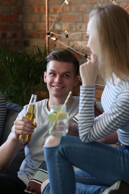 Les Gens Prenant Un Verre Et Faisant La Fête Au Bar Photo gratuit