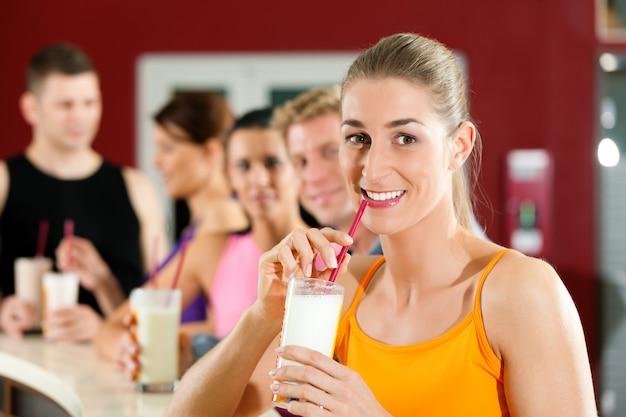 Les gens qui boivent des protéines Photo Premium