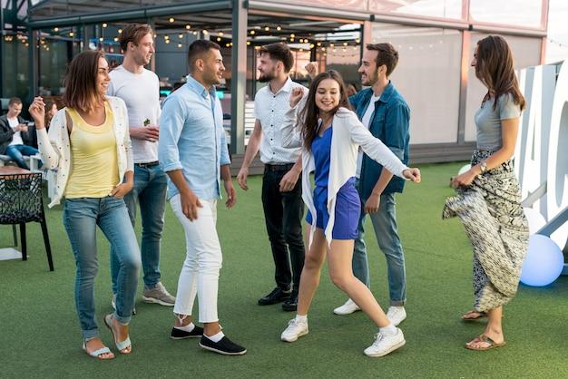 Gens qui dansent sur une terrasse Photo gratuit