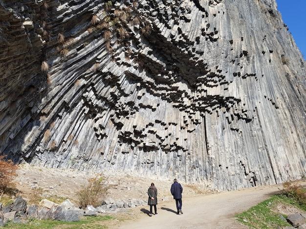 Les Gens Qui Marchent à Travers Un Sentier Dans Les Gorges De Garni Sous La Lumière Du Soleil En Arménie Photo gratuit