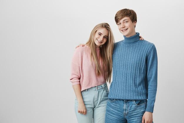 Les Gens, Les Relations, Les Loisirs Et Le Style De Vie. Charmant Jeune Couple Hipster Bénéficiant De Temps Libre, à La Recherche De Joie Photo gratuit