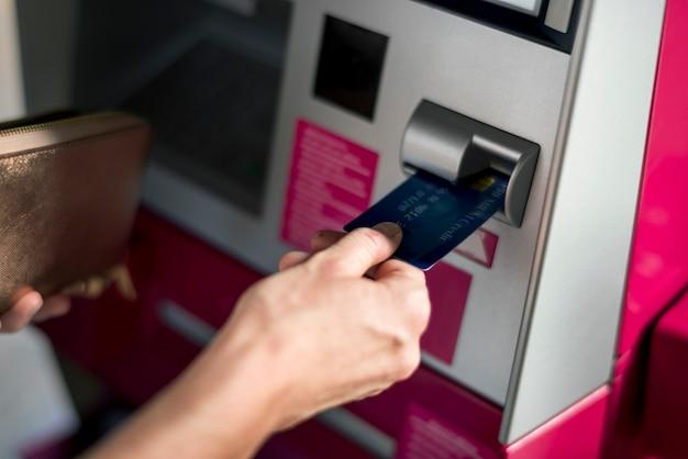 Les gens retirent de l'argent en utilisant une machine Photo gratuit