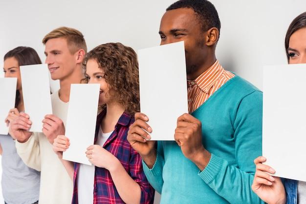 Les gens se couvrent le visage avec du papier blanc. Photo Premium