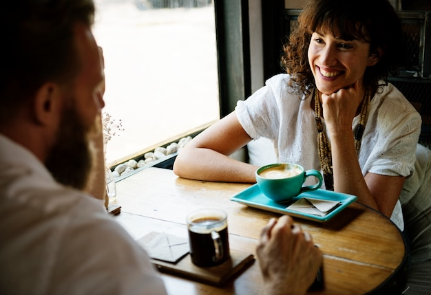 Les gens se retrouvent ensemble au café Photo gratuit