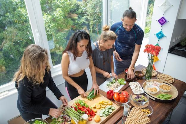 Gens sérieux, cuisson légumes, à, table cuisine Photo gratuit