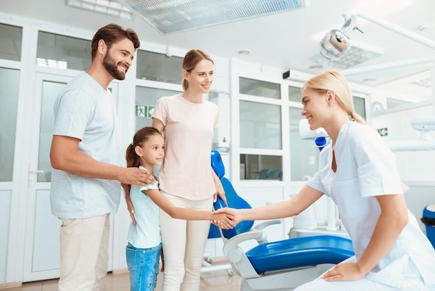 Les gens sourient et s'amusent avec un médecin Photo Premium