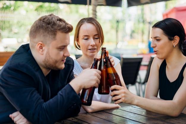Gens sympathiques portant un toast au restaurant sur la terrasse Photo gratuit