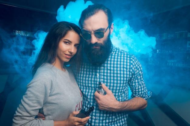 Les gens tiennent des e-sigs dans leurs mains. Photo Premium