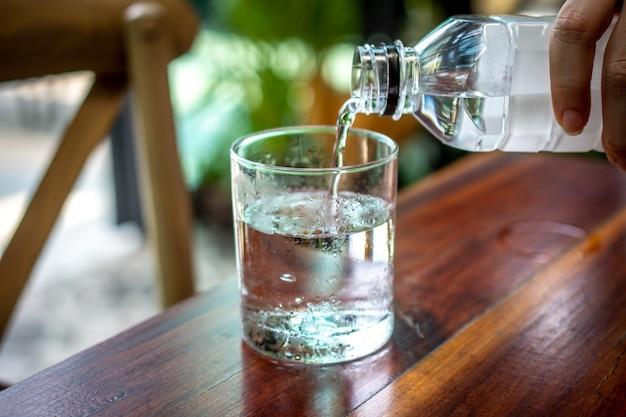 Les Gens Versent De L'eau Dans Le Verre Photo Premium