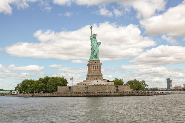 Les gens visitent la statue de la liberté est célèbre à new york, usa. Photo Premium