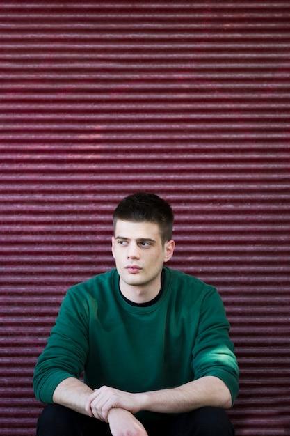 Gentil mec en pull vert Photo gratuit