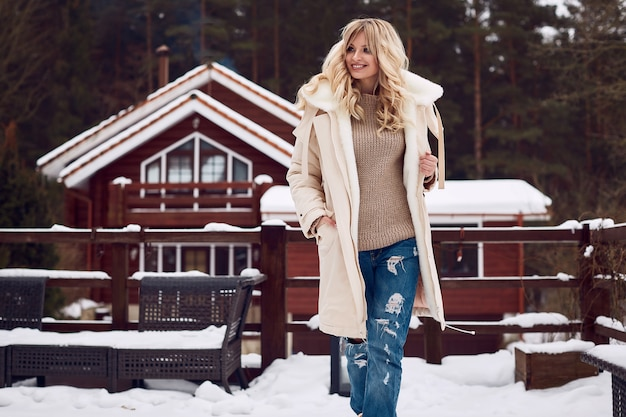 Georgeous élégante blonde en robe d'hiver Photo Premium