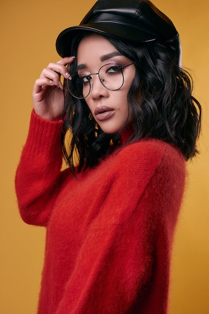Georgeous jolie fille asiatique brune en pull lumineux Photo Premium