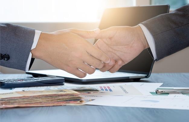 Geste de l'homme d'affaires serrant la main pour la négociation de négociation réussie. ils réalisent et apprécient la réunion d'affaires marketing entre fournisseur et client. Photo Premium