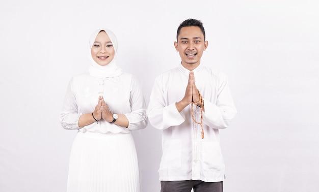 Geste De Voeux Couple Musulman Asiatique Sur Ramadhan Isolé Photo Premium