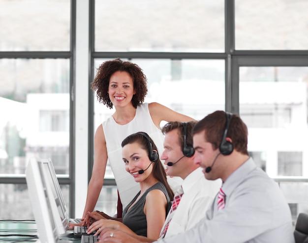 Gestionnaire de femmes sérieuses avec son équipe de représentants des ventes Photo Premium