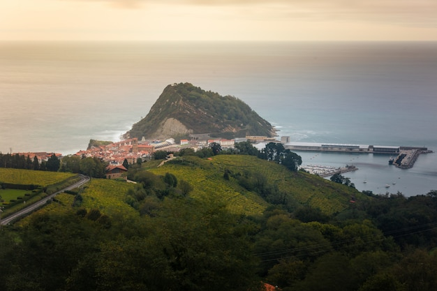 Getaria, Ville De Pêcheurs Sur La Côte Du Pays Basque. Photo Premium